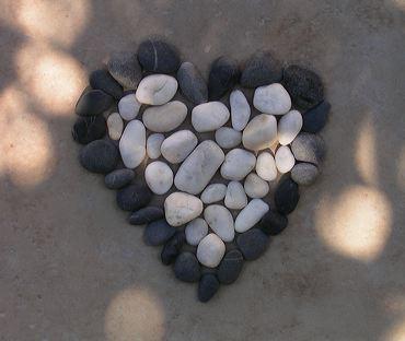 un coeur fait avec les galets de la plage